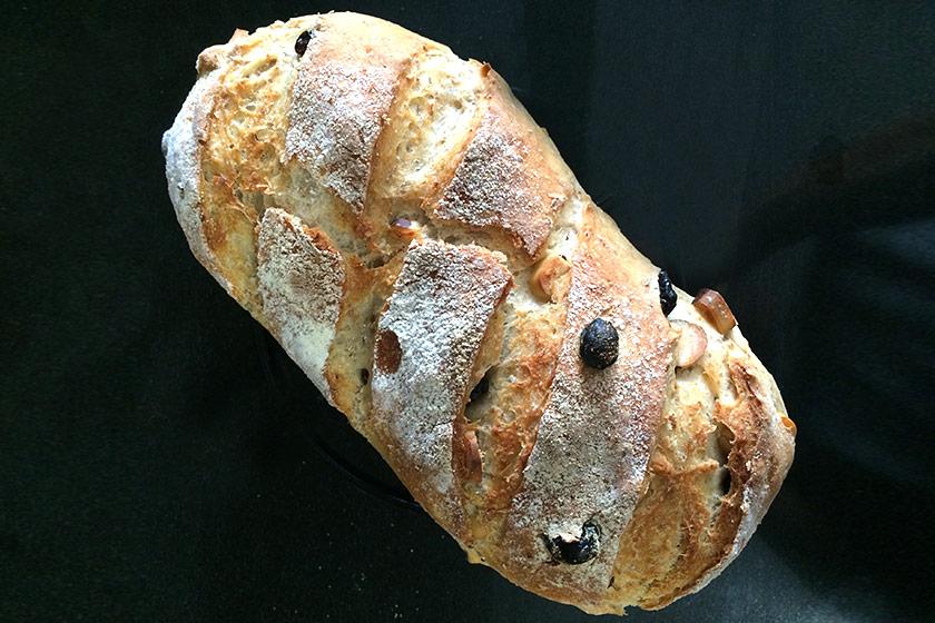 Pão de castanha-do-pará e uva-passa