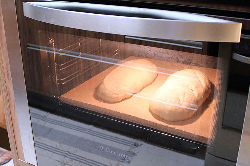 Preparando o forno para assar pão caseiro