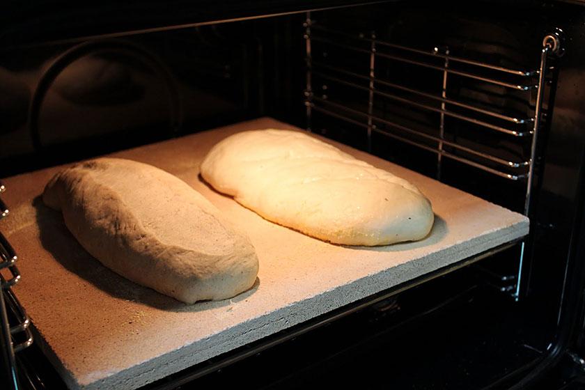 Massa de pão dentro do forno sobre uma pedra de assar