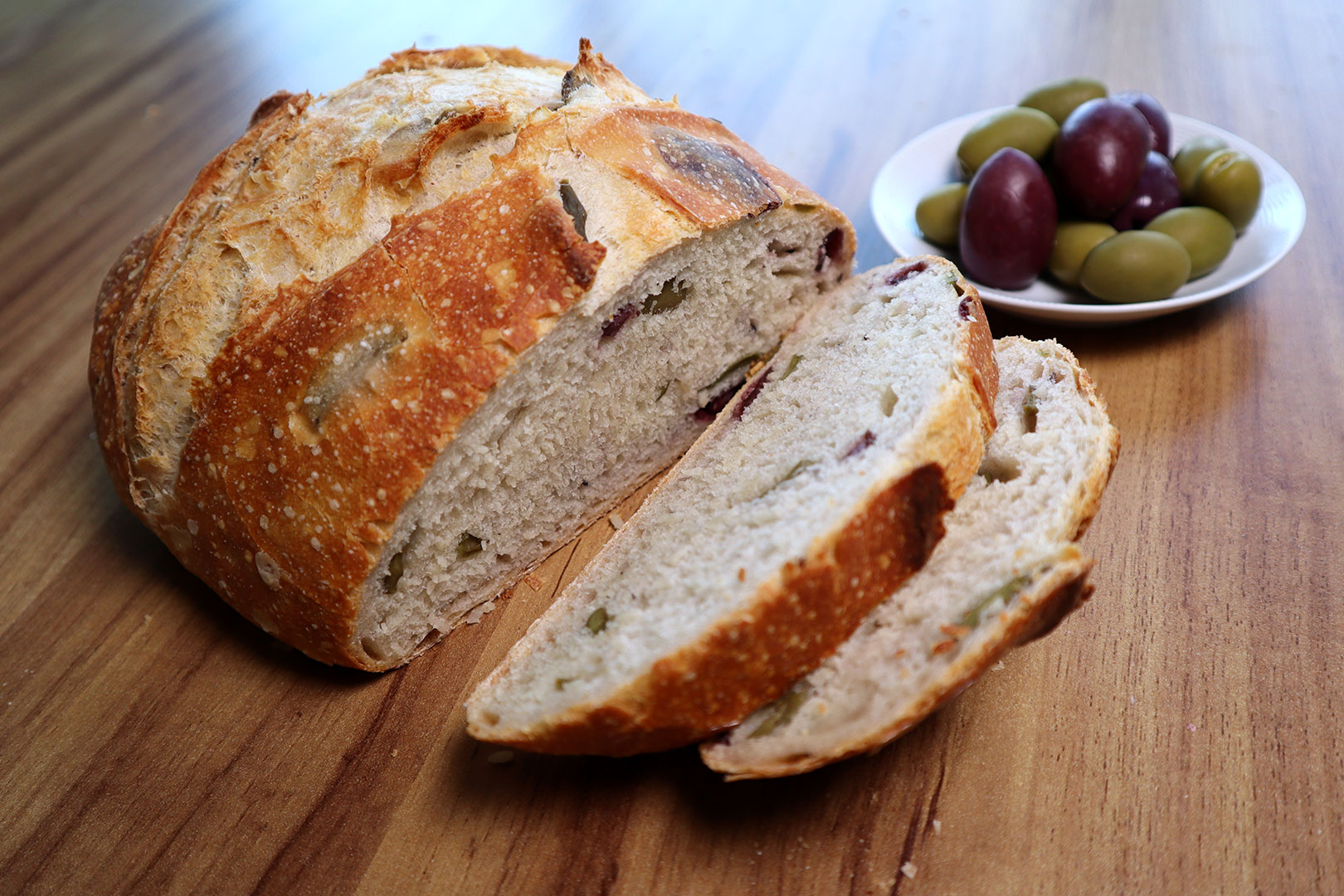 Pão de azeitona cortado em fatias
