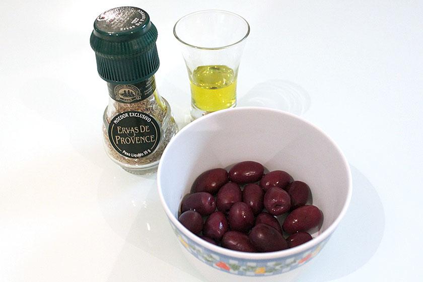 Ingredientes para o recheio do pão de azeitona