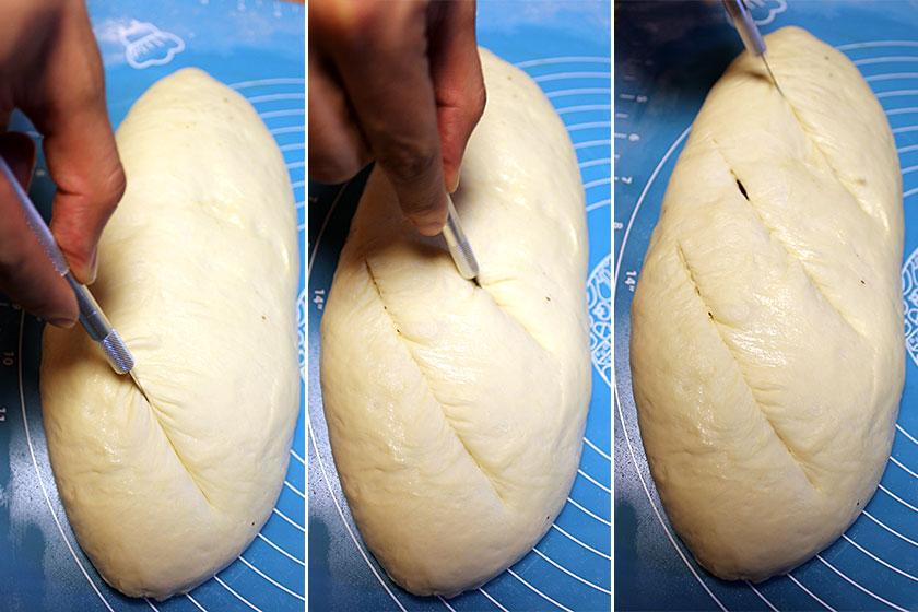 Fazendo talhos na massa do pão de azeitona