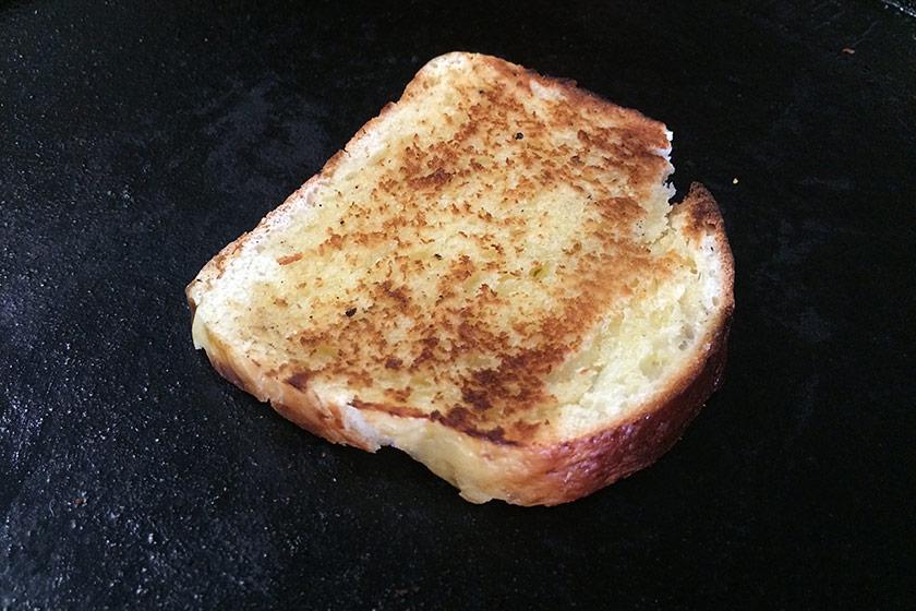 Tradicionalmente o Pão Petrópolis é apreciado como torrada, cortado em fatias bem grossas e tostado com bastante manteiga