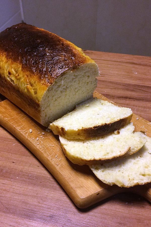 Pão Petrópolis cortado em fatias (imagem vertical)
