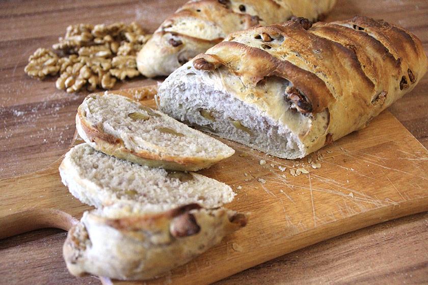 Pão de Nozes com Manteiga em fatias