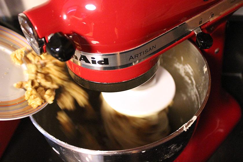 Pão de Nozes com Manteiga: mistura e sova