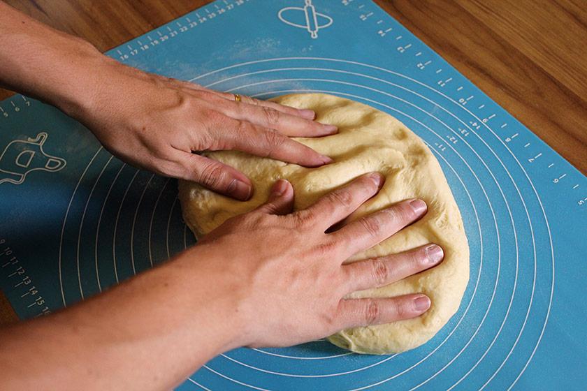 Bisnaguinha Caseira - Abrindo a massa com a mão