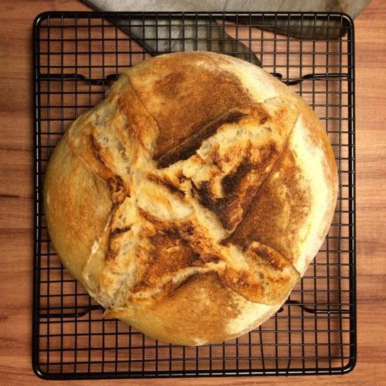 Pão sobre uma grade de resfriamento